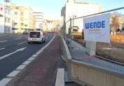 Eine Baustelle grenzt über den Fußweg inweg direkt an den Radweg an; links vom Radweg befindet sich die vierspurige Dalbergstraße.