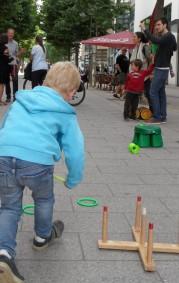 Ein Junge spielt Ringewerfen.